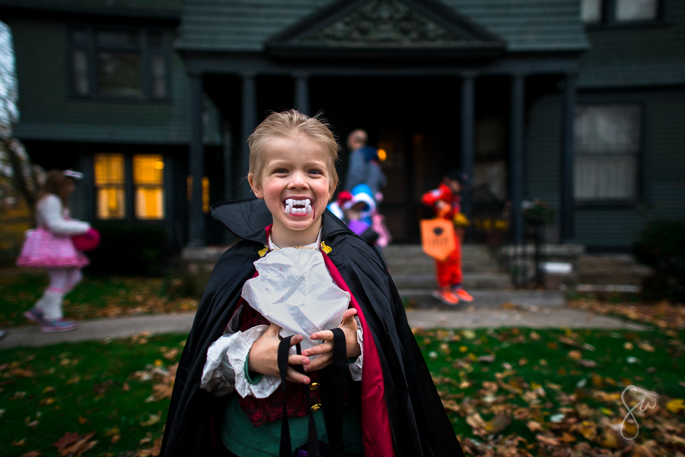 essay about halloween costumes Section 35 here is my essay on halloween in my essay i will talk about a few things there are three things about halloween that i like they are candy, trick-or-treating, and dressing up.