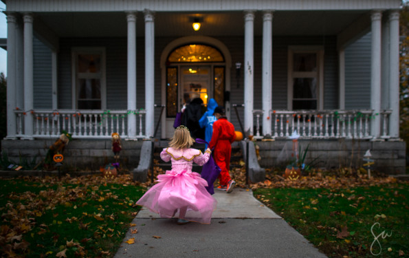 2015-Photo-Essay-Children-Trick-or-Treat-on-Halloween-in-Spooky-Neighborhood(9 of 12)